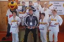 Na snímku jsou závodníci SKP karate Písek, kteří se umístili na medailových pozicích, se svým trenérem Davidem Krejčou.