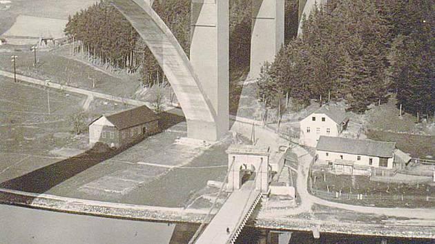 Mosty na Podolsku: železobetonový a řetězový.