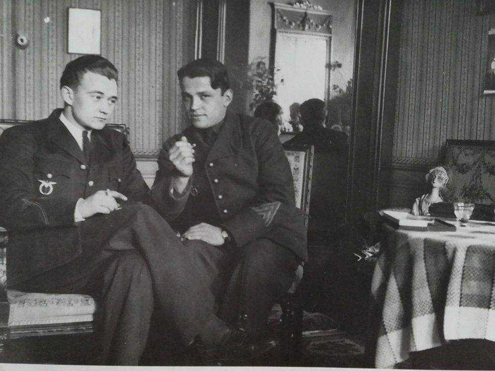 Letci R.A.F. Jan Jeřábek (vlevo) a Josef Dygrín.