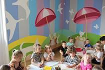 Školku v Ostrovci zdobí nová malba výtvarnice Pavly Gregorové.