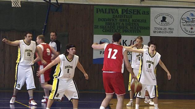 BODOVÝ ROZDÍL. Basketbalisté Písku doma porazili v utkání druhé ligy Klatovy 94:60. Na snímku z  utkání  jsou v akci (zleva ve světlém) domácí hráči Čáp, L. Pešek, Kostohryz a Říha.
