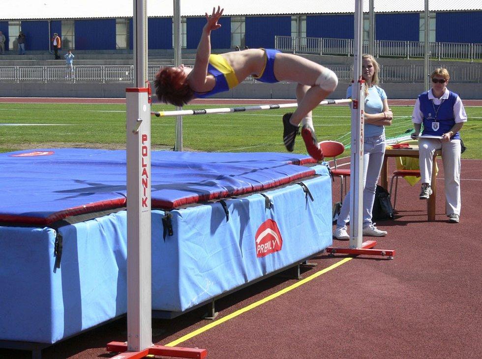 V Písku se konalo první kolo krajského přeboru družstev mužů a žen v atletice. Náš snímek je z klání žen ve skoku vysokém.