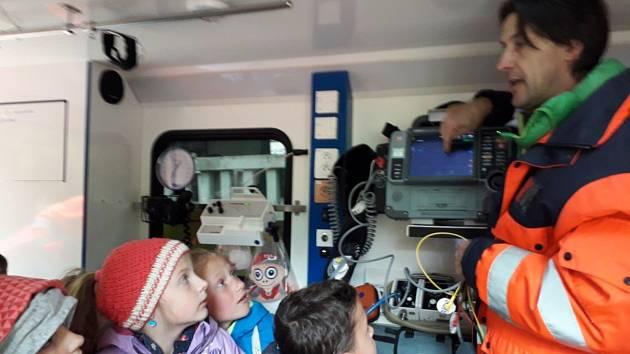 Žáci navštívili hasiče i záchranáře.