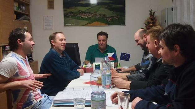 BRANIČTÍ ZASTUPITELÉ. Na snímku jsou zleva Pavel Mrkáček, Miroslav Pícha, Stanislav Češka, Miroslav Čáp, František Novák a Milan Zelenka. Chybí Petr Černý.