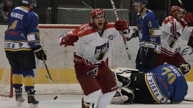 ROZHODUJÍCÍ BRANKA. V posledním utkání druhé ligy hokejisté Písku doma podlehli týmu Pelhřimova 1:2 po prodloužení. Vítěznou trefu zápasu vstřelil v 62. minutě hostující Adam Vylíčil.
