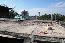 Rekonstrukce Divadla Fráni Šrámka pokračuje podle plánu. Pracuje se i na jeho střeše.