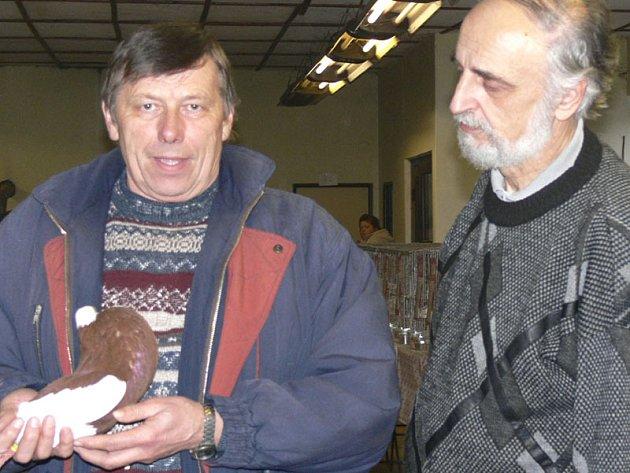 NA VÝSTAVÉ.  Jedním z nejúspěšnějších  jihočeských chovatelů  českého staváka  je Jaroslav Lavička (vlevo) z Českých Budějovic. Na snímku  z výstavy v Písku je s hlavním poradcem klubu Tomášem Sousedíkem.