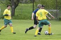 Fotbalisté Královy Lhoty zvítězili v utkání okresní III. třídy v Božeticích nad místním béčkem 3:2. Fotbalové soutěže na Písecku se blíží k svému závěru.
