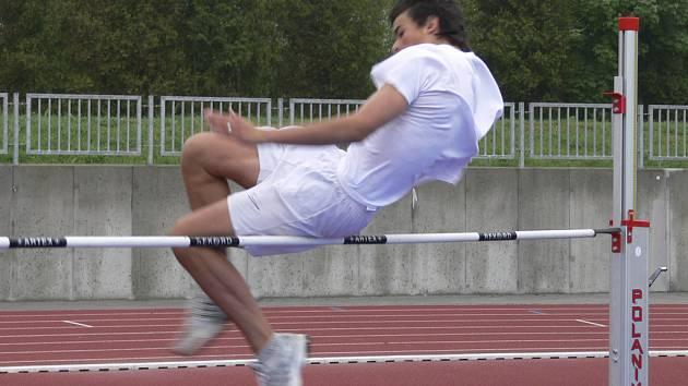 POD BEDNOU. Na snímku jsme zachytili při soutěži starších žáků ve skoku vysokém Patrika Basarabu ze ZŠ Šobrovy Písek, který z dvaadvaceti účastníků skončil se 152 cm na čtvrtém místě.