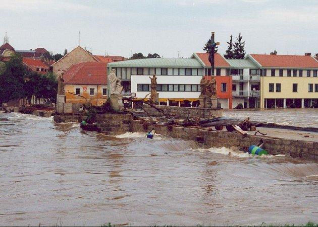 Symbolem povodní v roce 2002 se stal písecký Kamenný most...
