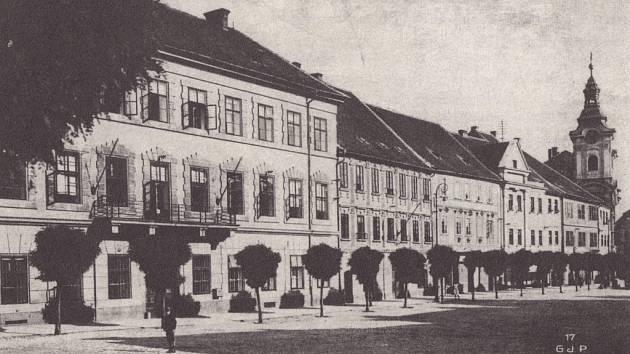 NA SNÍMKU je Velké náměstí v Písku (1917). Velká budova vlevo je zdejší soud, kde byl roku 1900 Leopold Hilsner podruhé odsouzen k smrti.