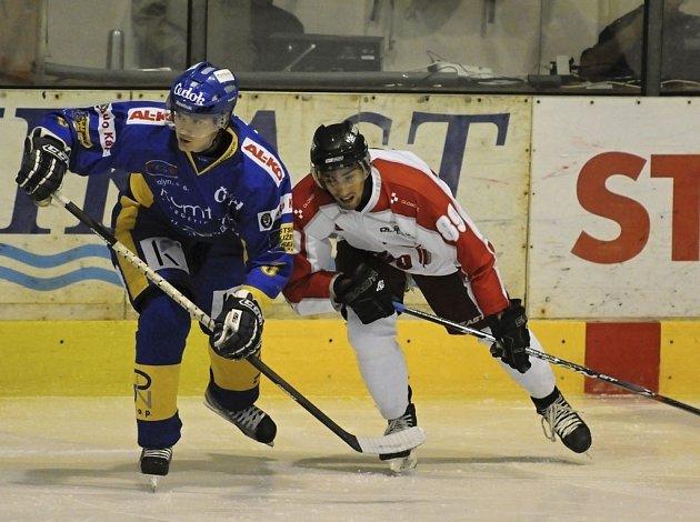 Písecký Klement (na snímku vlevo v souboji s olomouckým Rácem) se v zápase proti Dukle Jihlava střelecky neprosadil.