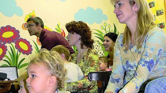 Mateřské centrum Kvítek zcela zaplnily maminky se svými ratolestmi.  Napjatě naslouchaly přednášce pediatra Daniela Dražana (na snímku v pozadí) o nebezpečí pneumokokových infekcí. Zájem o problematiku dokládala i následná živá diskuze.