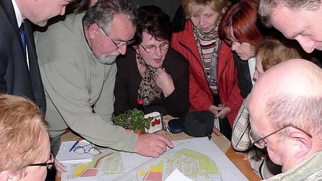 Účastníci besedy nad plány revitalizace sídliště