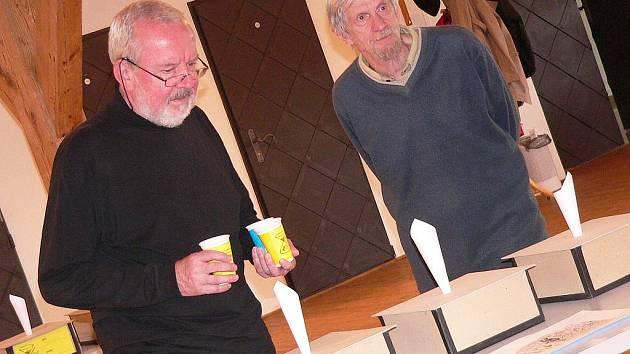 Členové mezinárodní poroty bienále kresleného humoru hodnotili obrázky přisypáváním písku.