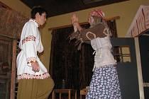 BOJ O CHALOUPKU. Ať je chaloupka k Ivanovi zády! I tato věta zazněla v sobotu v borovanském kulturním domě. Místní děti totiž zahrály pohádku o Mrazíkovi. Excelentní výkony předvedli především baba Jaga (Patrik Stejskal) a Ivánek (Luboš Haškovec).