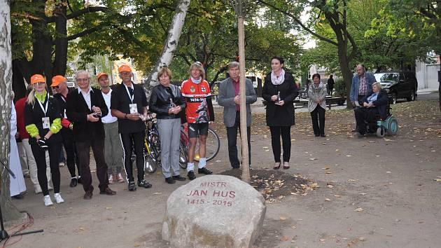 Památku Mistra Jana Husa připomíná kámen a lípa v parku v Písku.