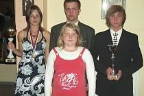 Na snímku je čtveřice píseckých rybářů, kteří budou reprezentovat ČR na mistrovství světa. Zleva stojí: Tereza Havelková, Radek Šanda a Filip Hlaváč. Před nimi je Kateřina Marková.