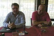 Po utkání III. fotbalové ligy Písek – Kunice odpovídali na dotazy novinářů  trenéři mužstev: hostující Zdeněk  Hašek (vlevo) a Jaroslav Kostka.
