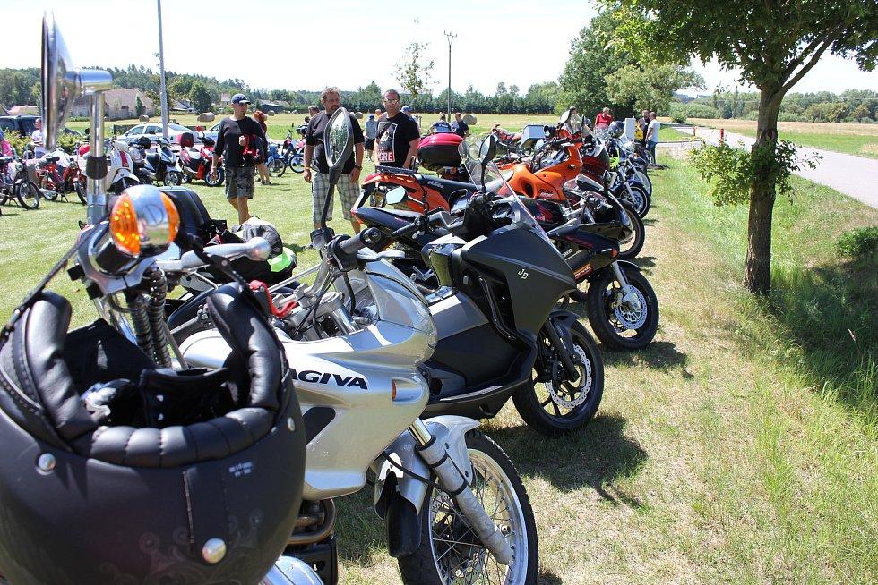 Do Hrejkovic se sjeli motorkáři na první motogrilování.