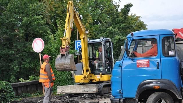 REKONSTRUKCE.  Zaměstnanci  firmy Casta začali v tomto týdnu na Fügnerově náměstí v Písku s odstraňováním asfaltového povrchu komunikace.
