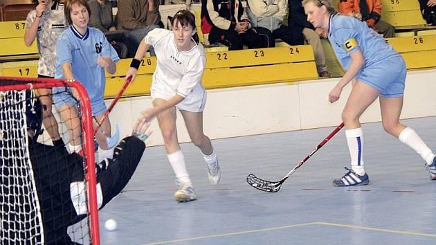 DERBY ŽEN. V dalším turnaji  druhé ligy žen ve florbale, který se konal v Sezimově Ústí, bylo sehráno derby dvou píseckých družstev, ve kterém byl úspěšnější A–tým.