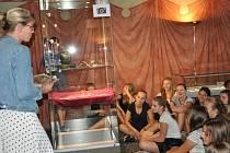 Prácheňské muzeum připravilo pro zájemce také komentované prohlídky výstavy unikátních předmětů  z mohyl nalezených v Písku – Hradišti. Této nabídky využili studenti 1. A třídy Gymnázia Písek společně s učitelem dějepisu Jakubem Cenkem.