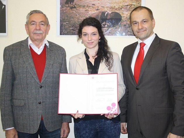 Zleva jsou zástupce ředitele Josef Kostohryz, studentka Aneta Krejčová a ředitel Pavel Sekyrka.