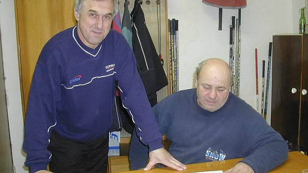 Na snímku jsou trenéři mládeže hokejového klubu IHC Komterm Písek (zleva): Karel Slabý (3. třídy) a Miroslav Šperl (mladší dorost).