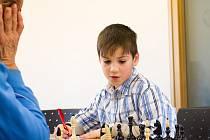 Ještě ne devítiletý Honzík Marek hrál utkání s dospělým šachistou poprvé v životě a hned vyhrál. Porazil o 55 let staršího Miroslava Mareše, který byl z porážky hodně rozmrzelý.