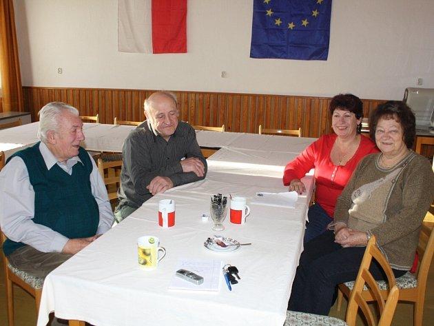 Na snímku jsou zleva Zdeněk Fořt, starosta Královy Lhoty Jiří Soukup, účetní obce Evženie Srpová a Marie Ježková.
