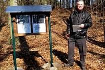 Informační tabuli s fotografiemi nechal zhotovit Zdeněk Staněk na místě bývalé zemljanky jako vzpomínku na konec války.