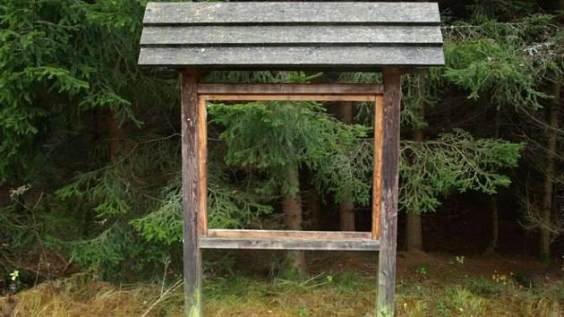 Zloděj ukradl tři tabule z naučné lesní stezky v píseckých lesích.