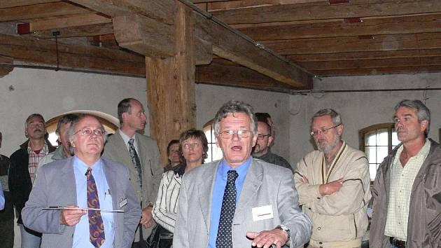 Návštěvníky po rekonstruovaných částech provázel ředitel Sladovny Písek, o.p.s. Jiří Hladký společně s ředitelem projekční kanceláře Adlatus Ladislavem Kukačkou.