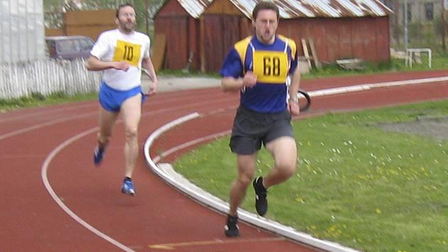 PREMIÉRA. Na snímku je premiérová osmistovka atletického veterána Pavla Fleischmanna (vlevo) ze Sokola Milevsko.