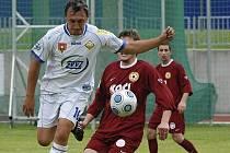 Hostující Sokolt (vlevo) bojuje o míč s Pichlíkem v přátelském fotbalovém utkání, ve kterém FC Písek B prohrál s mužstvem FC ZVVZ Milevsko 0:1.