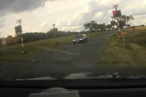 Přímo před hlídkou přejel přes železniční přejezd řidič s osobním automobilem značky Škoda Felicia v době, kdy na signalizačním zařízení svítila červená.