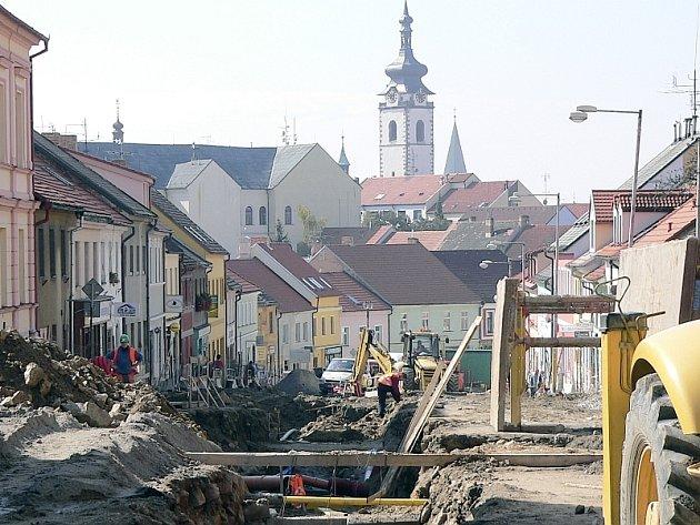 REKONSTRUKCE.  Střední část Žižkovy ulice včetně křižovatky s Prokopovou a Rokycanovou ulicí je   jedním velkým staveništěm.
