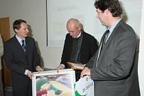Starosta Milevska Zdeněk Herout a vedoucí odboru životního prostředí Tomáš Korejs převzali ocenění