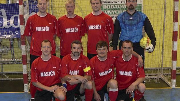Hasiči vyhráli nad týmem Chelsea Fans 4:2. Na snímku jsou hráči: Zdeněk Javůrek, David Štefan, Libor Nikodem, Jan Zíma, Vít Pomsár, Josef Kupec, Radek Lusk a Milan Mendel.