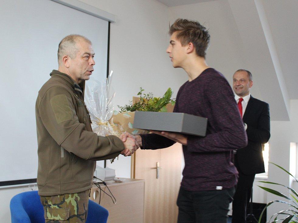 Plukovník Eduard Stehlík besedoval se studenty písecké obchodní akademie.