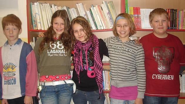 ODPOVÍDALI.  Zleva Vojtěch Vošický (5. třída) , Markéta Wudiová (7. třída), Diana Bendová (7. třída), Michaela Růzhová (7. třída) a Martin Brůžek (5. třída).