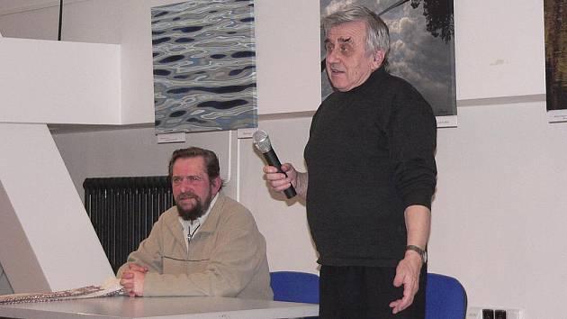 Hostem Literárního večera s básníkem Richardem Uhrem byl písecký výtvarník František Doubek.