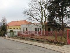 Pavilon bývalých dílen v areálu ZŠ a MŠ Mirovice je mezi školou a školkou.