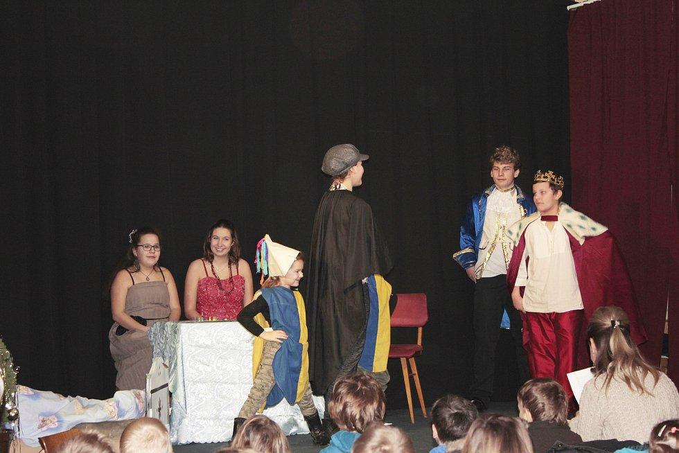 Děti zahrály pohádku Princové jsou na draka.