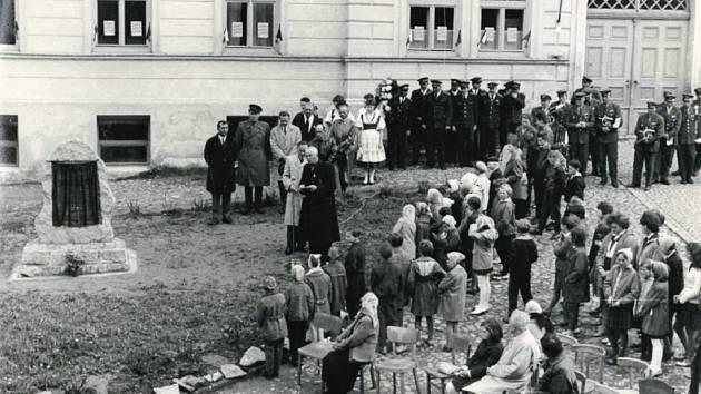 Odhalení pomníku obětem druhé světové války v roce 1965.