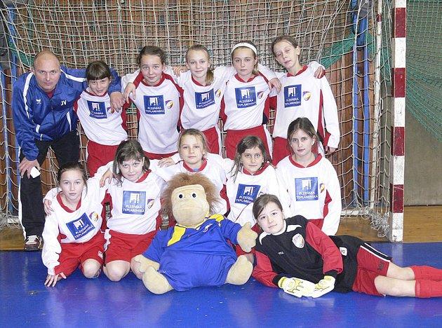 Na snímku jsou mladé fotbalistky FC Viktoria Plzeň, které v Písku vyhrály Vánoční turnaj v halové kopané mladších přípravek.