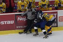 HOKEJISTÉ Písku si zatím vedou se střídavými úspěchy. Snímek je z derby na ledě táborských Kohoutů, kde se píseckým hokejistům vůbec nedařilo a prohráli 6:1.
