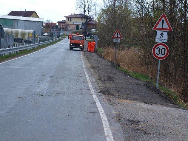 Pracovníci písecké Správy a údržby silnic při úpravách krajnice na silnici směrem k Putimské Vysoké v Písku.