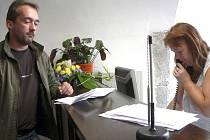 Do nové recepce v budově písecké radnice si přišel vyřídit své záležitosti také  Roman Maroušek. Na snímku jedná s úřednicí Helenou Krejčovou.